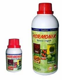 HORMONIK memacu pertumbuhan, pengumbian, pembungaan dan pembuahan tanaman untuk mendapatkan hasil panen optimal. HORMONIK mengandung Zat Pengatur Tumbuh (ZPT) Organik terutama Auksin, Giberelin dan Sitokinin, di formulasikan dari bahan alami yang dibutuhkan oleh semua jenis tanaman. HORMONIK tidak membahayakan ( aman ) bagi kesehatan manusia maupun binatang. DAYA GUNA : Mempercepat proses pertumbuhan tanaman, memacu dan meningkatkan pembungaan serta pembuahan, mengurangi kerontokan bunga dan buah, membantu pertumbuhan tunas, membantu pertumbuhan akar, memacu pembesaran umbi, meningkatkan keawetan hasil panen, memacu dan meningkatkan bobot unggas/ternak. CARA PAKAI : Dosis : 1 - 2 cc HORMONIK per 1 liter air.Penggunaan lebih optimal jika dicampur dengan POC NASA ( dosis 1 ttp HORMONIK + + 3 ttp POC NASA ) per tangki.Penggunaan dengan cara disemprotkan terutama pada daun tanaman hingga merata.anaman semusim : mulai pertengahan usia tanaman hingga menjelang reproduksi, yaitu sebelum berbunga/ berumbi (3-6 kali semprot). Penggunaan semenjak awal tanam lebih baik.Tanaman tahunan : 2-4 bulan sebelum berbunga/berbuah ( 3-6 kali semprot).Unggas : 1 botol (500 cc) POC NASA / VITERNA Plus + 1 - 2 tutup HORMONIK, kemudian 1-2 cc campuran POC NASA/VITERNA Plus + HORMONIK dilarutkan dalam 1 liter air minum diberikan ke unggas (ayam) setiap hari satu kali.   Manfaat Hormonik      Memacu dan meningkatkan pembungaan serta pembuahan.     Mengurangi kerontokan bunga dan buah.     Membantu pertumbuhan tunas .     Membantu pertumbuhan akar     Memacu pembesaran umbi.     Meningkatkan keawetan hasil panen.     Memacu dan meningkatkan bobot unggas/ternak.  Pemesanan HORMONIK Hubungi :   HERU PARDONO     d/a Depokan KG II / 173 Kelurahan Prenggan Kecamatan Kota Gede Jogjakarta 0818279339 ( XL ) 081568277757 ( INDOSAD ) 082138373443 ( TELKOMSEL ) PIN BB 227BE947