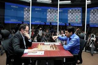 Échecs à Moscou : le challenger Boris Gelfand face à Vishy Anand lors de la 9e partie - Photo © Chessbase