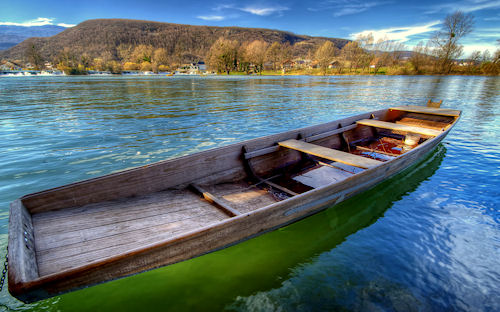 Bote en la quietud del lago azul by Boris Frkovic