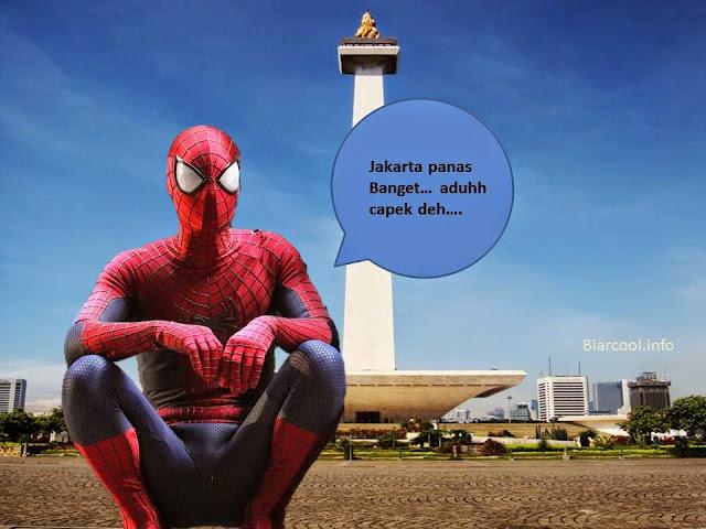 spiderman nongkrong duduk di tugu monas jakarta indonesia