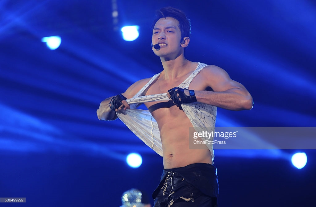 http://4.bp.blogspot.com/-P7r6Un6lYn8/VqXRG_0mUwI/AAAAAAABQuI/RoH7vfrE0sI/s1600/south-korean-singer-rain-performs-onstage-during-his-concert-the-picture-id506499292.jpg