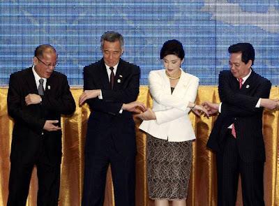 Thủ tướng Nguyễn Tấn Dũng bắt tay với Nữ Thủ tướng Thái Lan xinh đẹp Yingluck Shinawatra