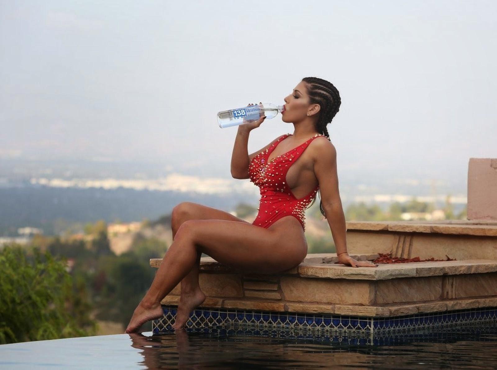 صور إغراء لعارضة الأزياء كارمن أورتيغا بالبيكيني