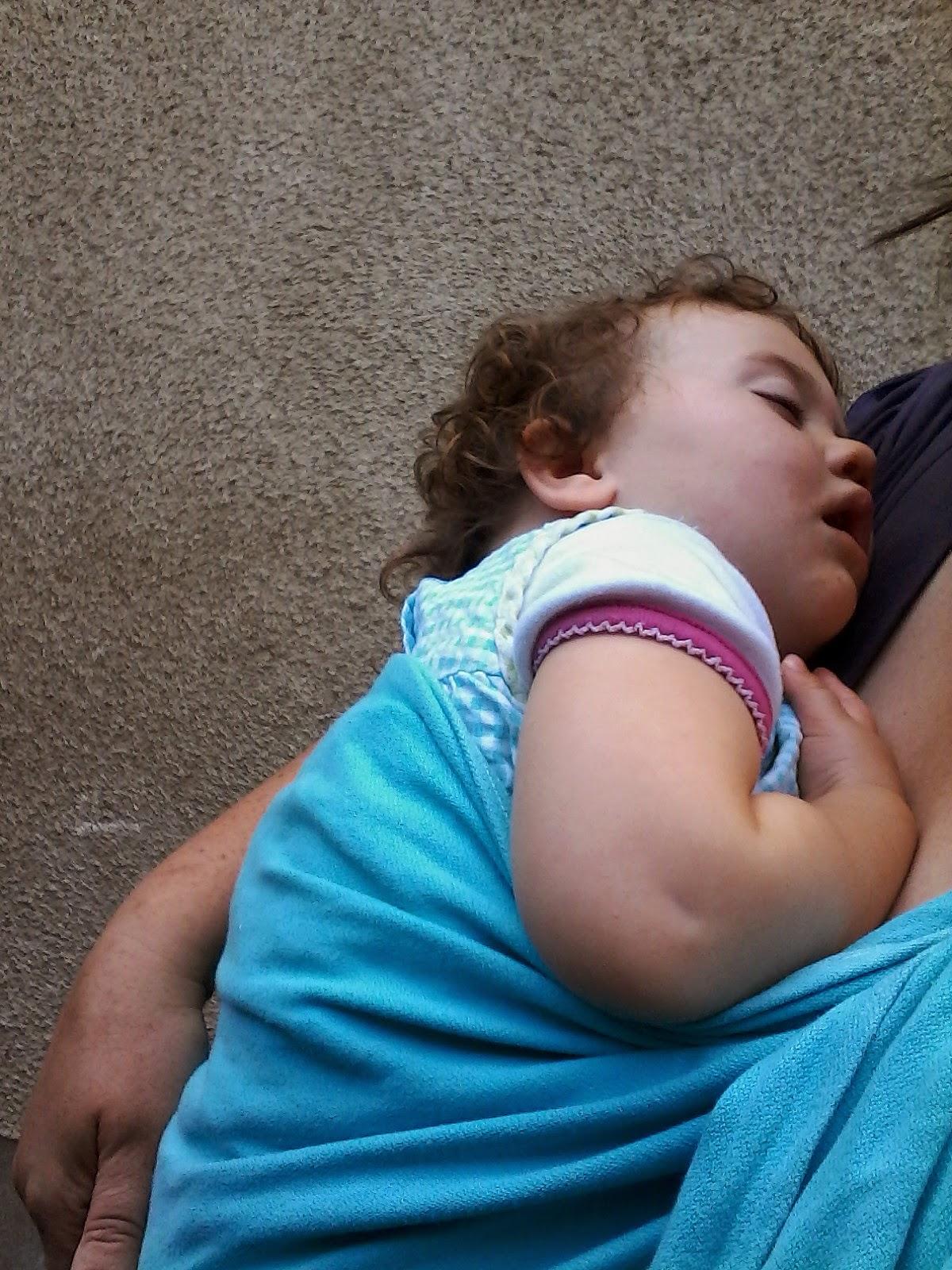 bébé bambin enfant grandit sling portage câlin amour