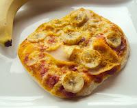 Pizzerki małe pizze z szynką i bananem