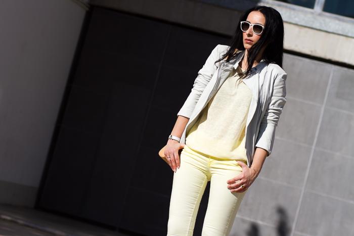 Blogger de moda valenciana con look urbano en color amarillo y blanco
