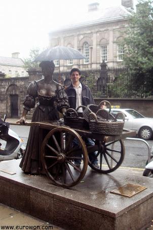 Protegiendo de la lluvia a la estatua de Molly Malone