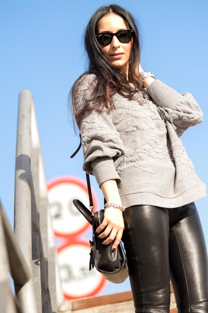 Estilo personalidad maxi jersey gris de Zara con pantalón de cuero negro y pulsera de eslabones plata de Leontina Alascio