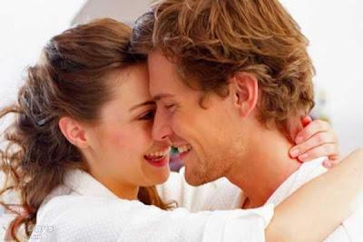 الشـهوة الجنسية... نظرة طبية - رجل يحب حبيبته زوجته يعناق يتعانق