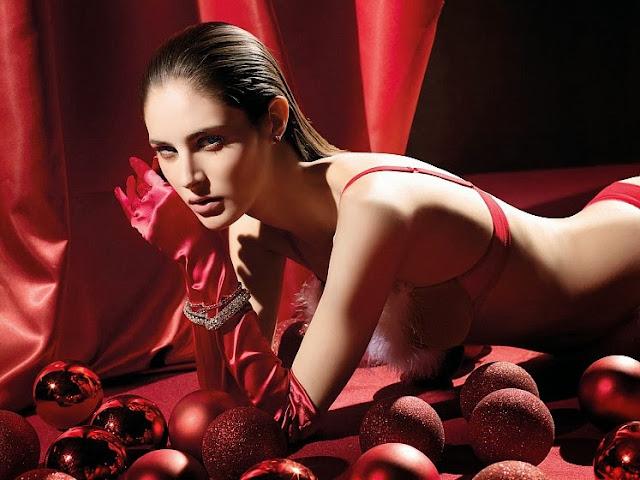 gants de satin rouge sexy et lingerie verdissima pour noël, femme brune hyper sexy dénudée avec belle poitrine