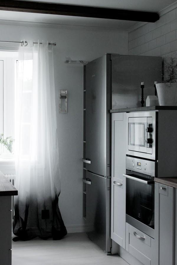 färgad gardin, diy gardin, pyssel gardin, svart och vit gardin, dip and dye, färga tyg, spraya en gardin, inredning köket, köksfönster, gardiner i burspråket, industrikök, kök 2013