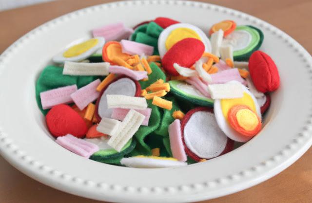 plato de ensalada hecha hecha con fieltro