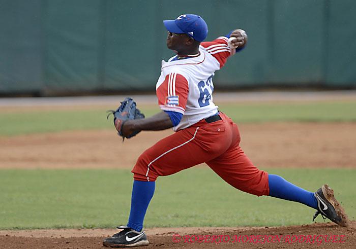 Yadier Pedroso pitcher relevista del Cuba durante un juego en el estadio Latinoamericano, en La Habana.