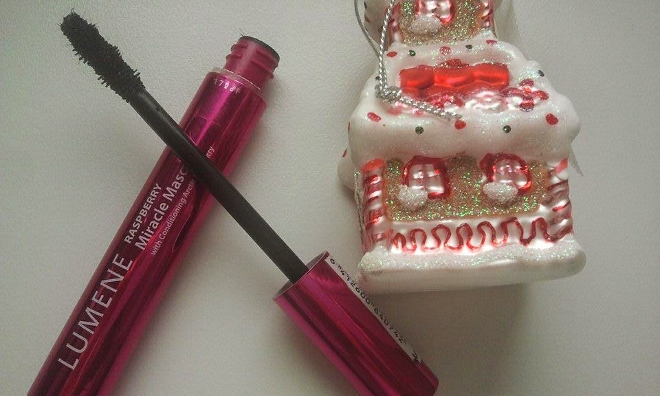 lumene-raspberry-miracle-mascara-open-with-a-christmas-house-decoration