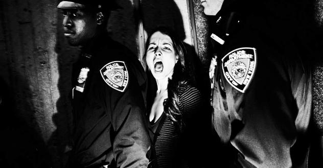 Mujer neoyorquina detenida por la policía en una protesta social | Ximinia