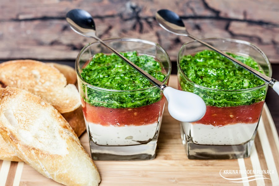 sałatka caprese, włoska sałatka, sałatka z mozzarellą, sałatka z pomidorami, sałatka z bazylią, mozzarella, pomidory, bazylia, mus z bazylii, bazyliowy mus, kraina miodem płynąca
