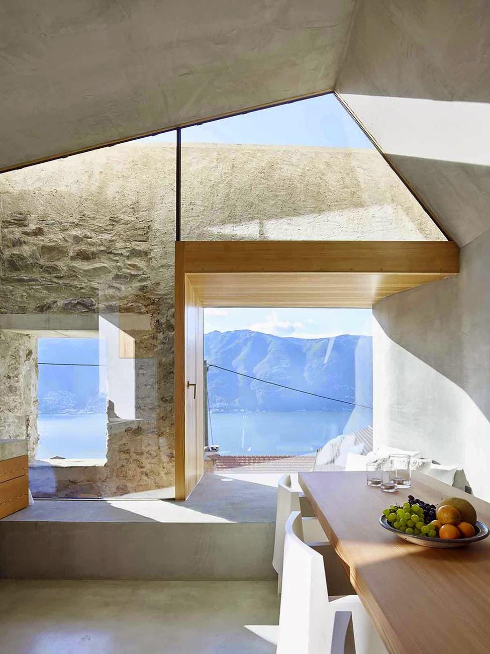 Große Fenster als Stilmittel einer Sanierung im denkmalgeschützten Steinhaus - minimalistisches Wohnen