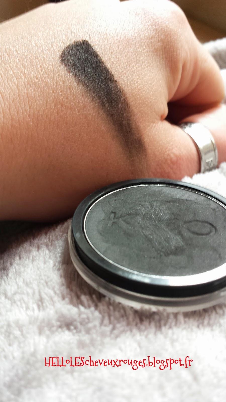 swatch sur ma main du fard à paupière noir de chez kiko