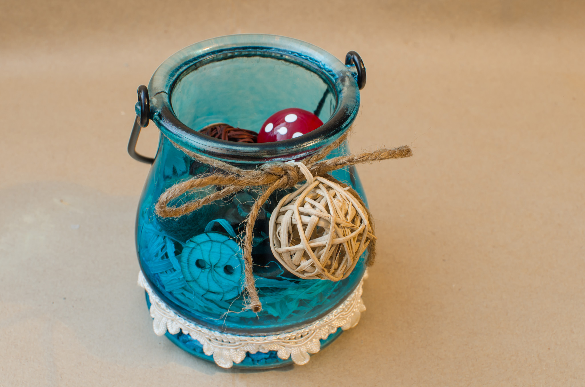 DIY birthday card in a jar - tutorial decorative stones hay mushroom felt balls fir cone burlap bows red