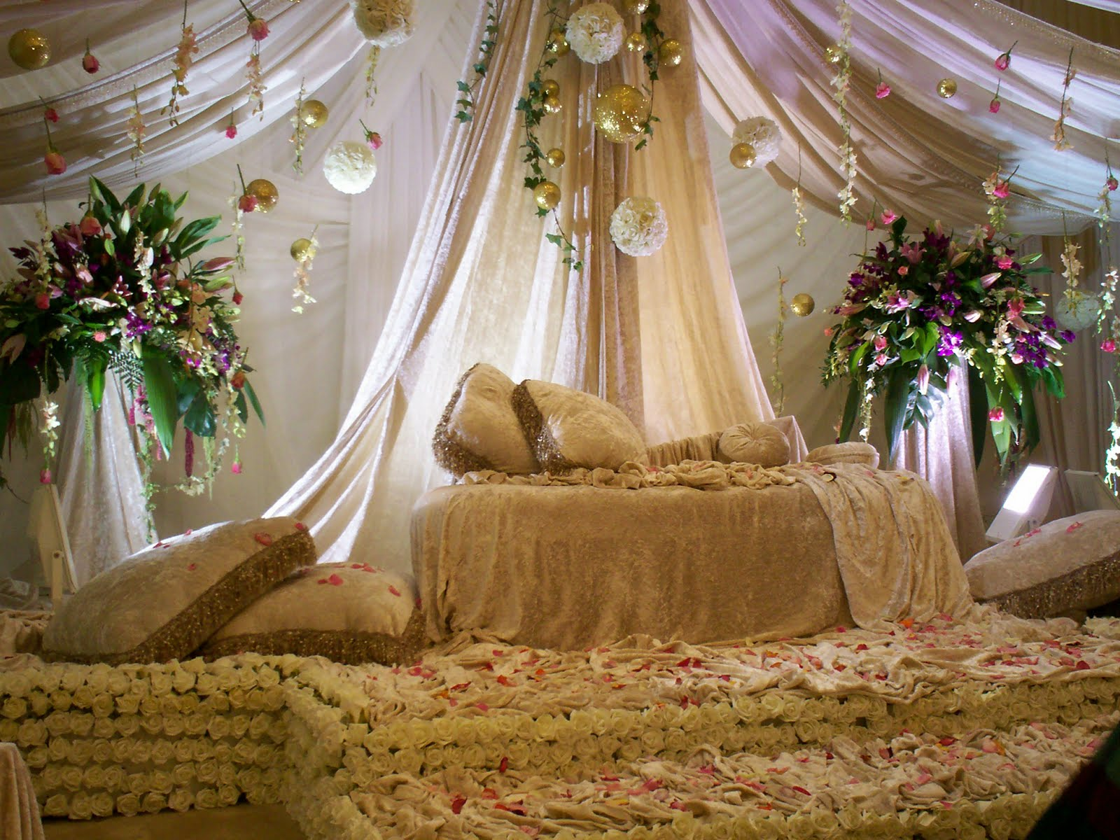 Wedding decorations arabic wedding stage decoration for Arab wedding stage decoration