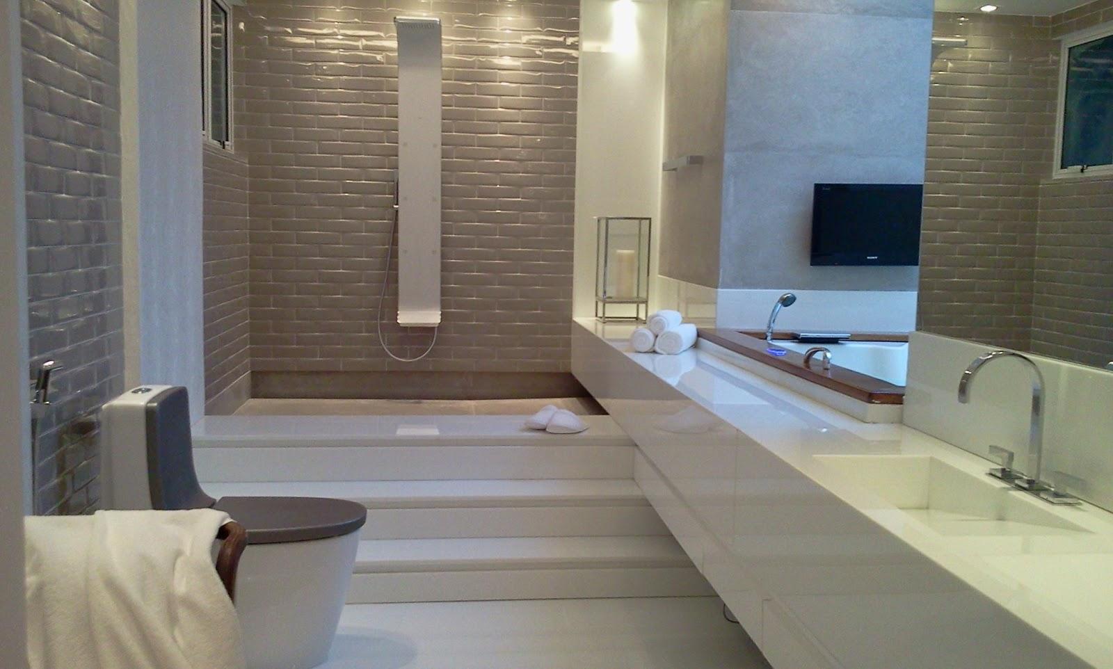 #40678B ulta moderno dessa ducha de banho!! Repare também que a banheira  1600x962 px revestimento de banheiro com banheira