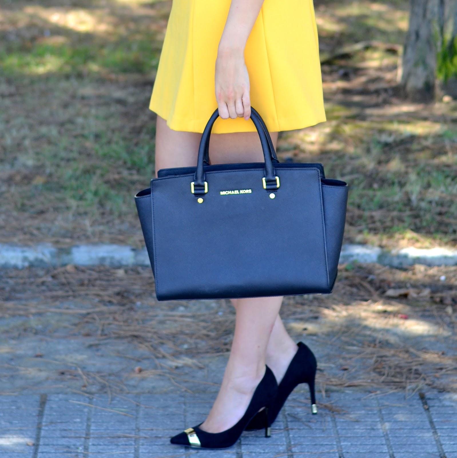 zapatos negros detalles dorados