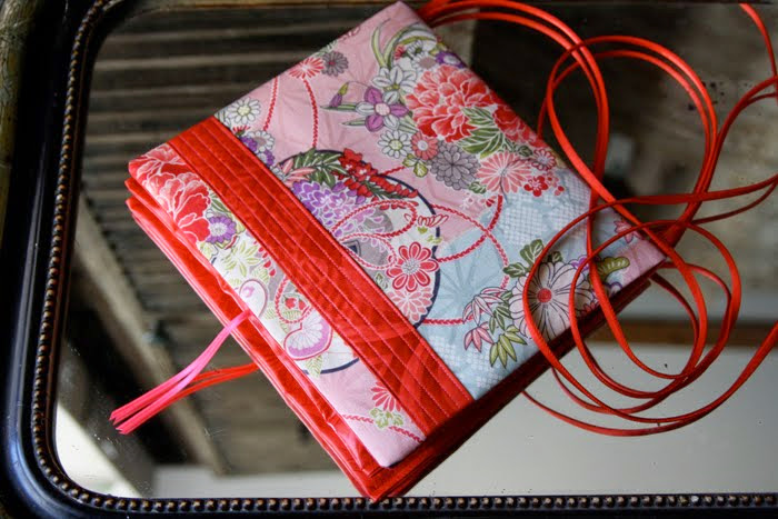 carréàzoon geisha rose bande surpiquée rouge
