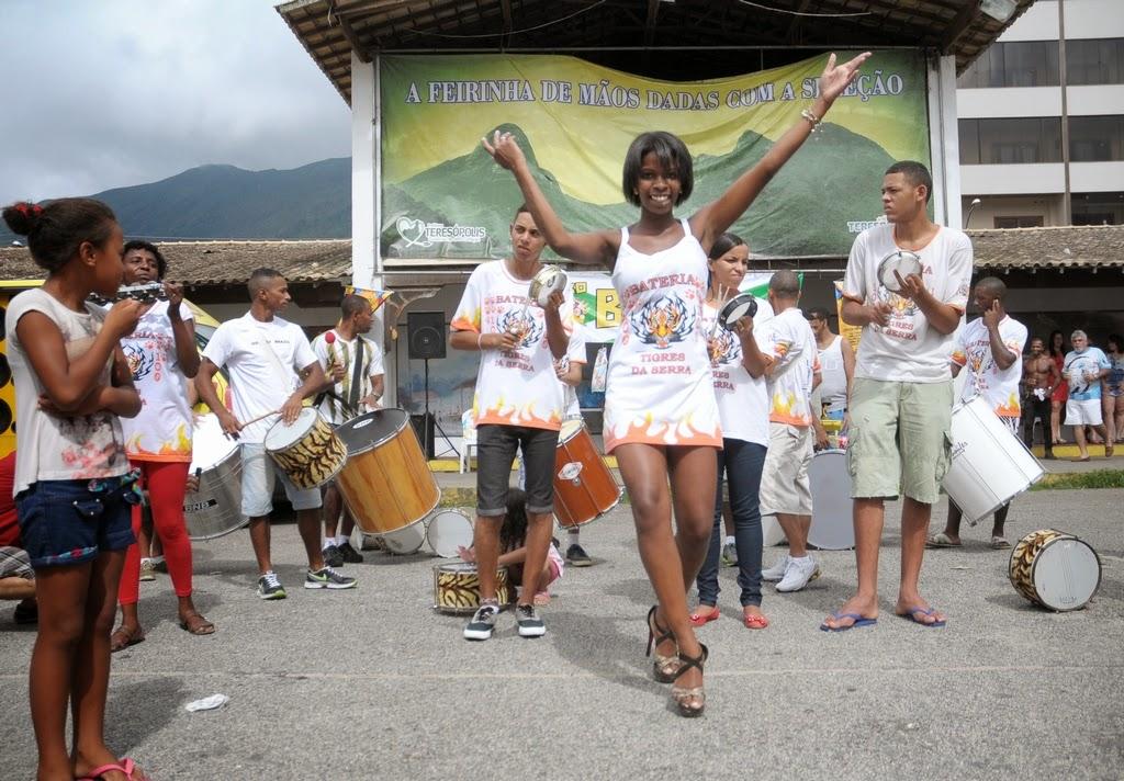 Bateria Tigres da Serra anima ensaio de blocos na Feirinha de Teresópolis, no Alto