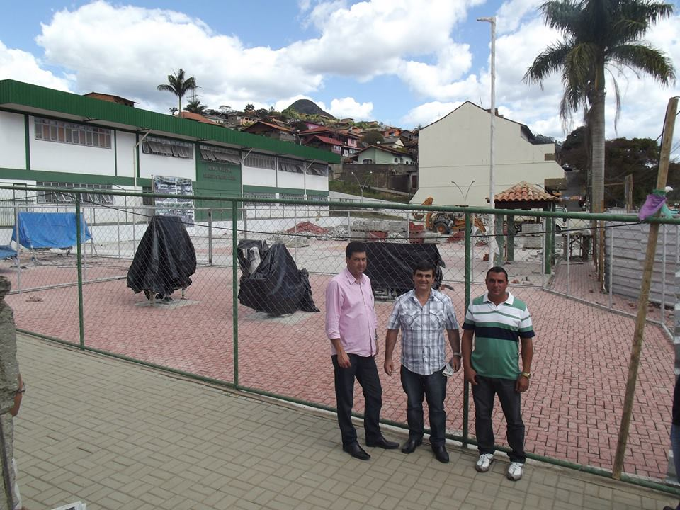 Secretário de Obras Denílson Moraes com o vereador Anginho em visita às obras da praça de Bonsucesso