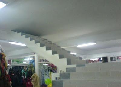 Un escalier jusqu'au plafond