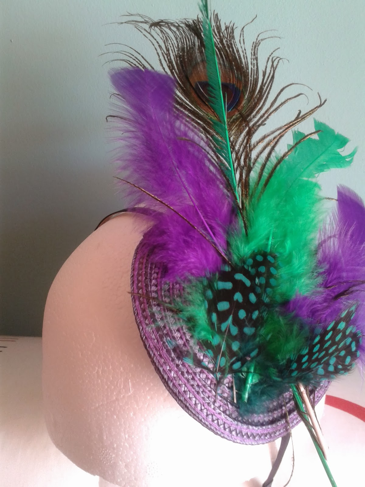 tocado barato, tocado económico, tocado para bodas, tocados online, tocado morado, tocado verde, plumas verdes, plumas moradas