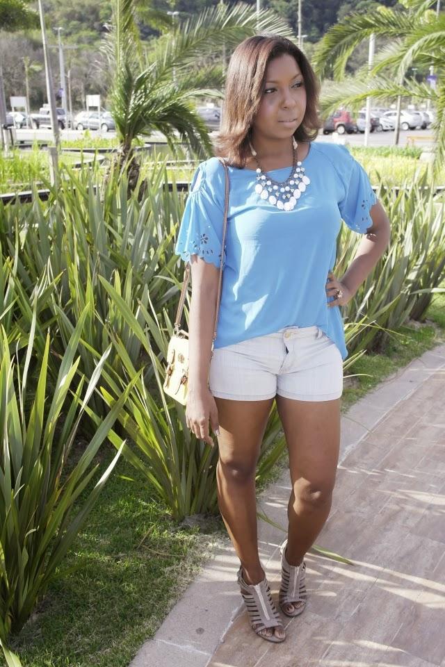 ali-store-blusa-vasada-vazada-lateral-ombro-prega-azul-blusa azul-jeans-short-summer-boot-anckle-bolsa-amarela-maxi-colar-maxxi-look-do-dia-paty-tota