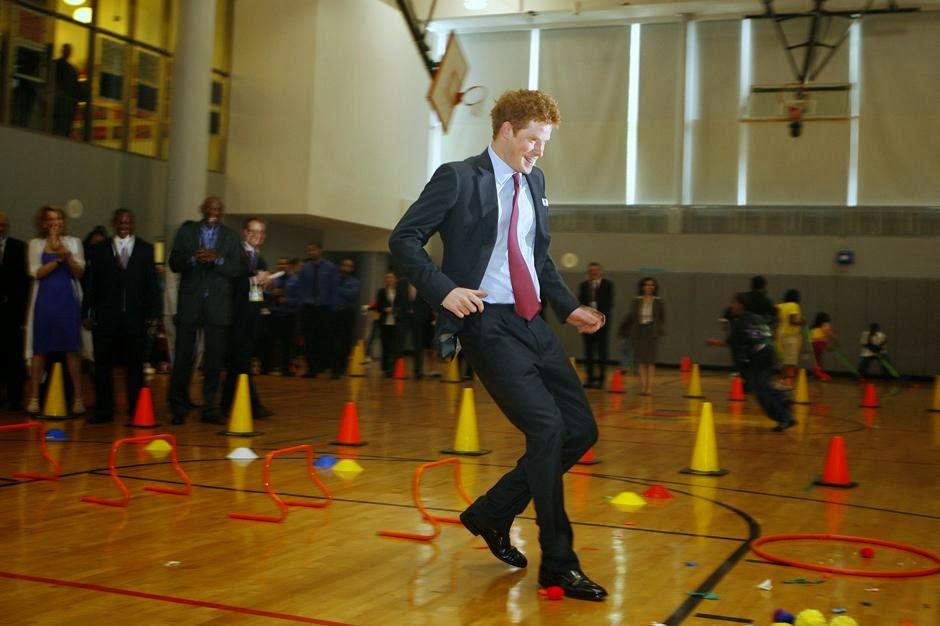 принц Гарри бежит в спортивном зале во время своего визита в Гарлемский детский дом в Нью-Йорке