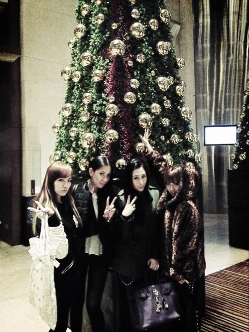 [PICTURE] Miss A Under Christmas Tree