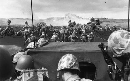 Marinir Amerika menyerbu Iwo Jima pada Hari H