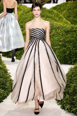 somptueuse robe longie bustier de christian dior noire et blanche, modèle corolle