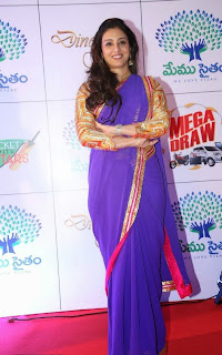 Actress Tabu Latest Pictures in Saree at Memu Saitam Dinner with Stars Red Carpet 5)