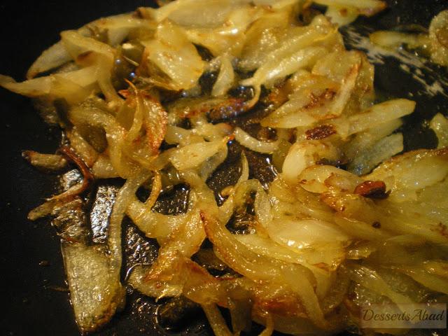 Patatas bravas y su versión chic, cebolla caramelizada