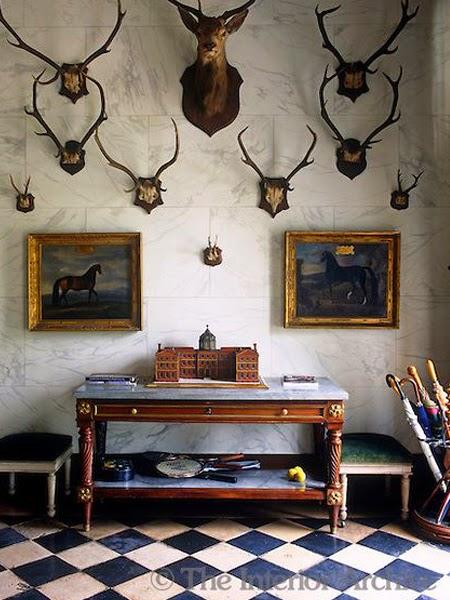 Wnętrze z porożem na ścianie