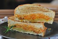 Sandiwch caliente de verduras a las hierbas con tres quesos