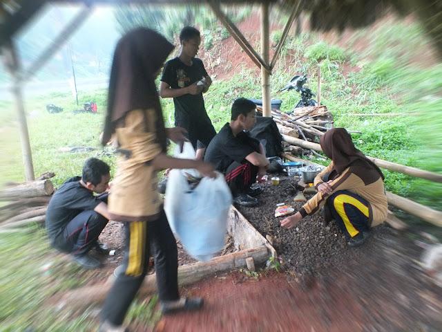 Menunggu Memasak Sambil Bersih bersih di Area Pramuka