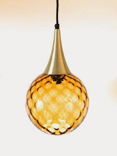 Toppen Er I Messing Og Selve Lampen Er I Gyldent Glas Med Mønster Som En  Bikube. Og Så Har Den Sort Stofledning, Der Ligesom Resten Af ...