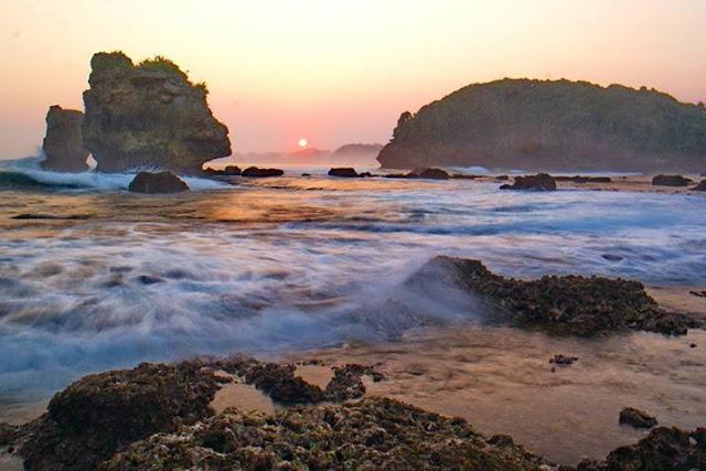 Tak Perlu Ke Luar Negeri, Inilah Destinasi Wisata Pantai di Malang Untuk Liburan Akhir Tahunmu