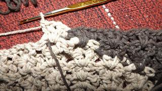 Tapete-de-crochê-duas-cores-ponto-dupla-face-fio-condizido