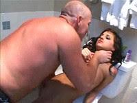 Отец наказывает мастурбирующий дочку в туалете на унитазе