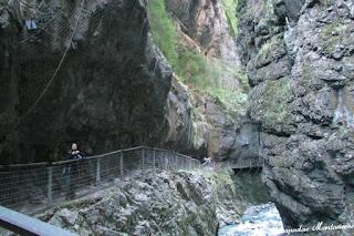Pasarelas incrustadas en la roca de las Gorges de Kakouetta.