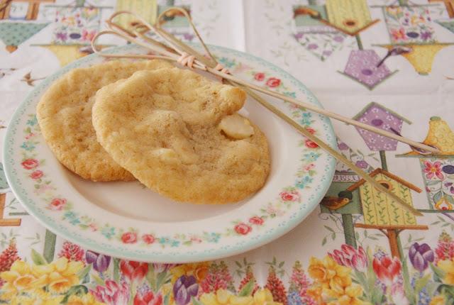http://frauschulzwirdvegan.blogspot.de/2015/03/rezept-zweierlei-white-chocolate-cookies.html