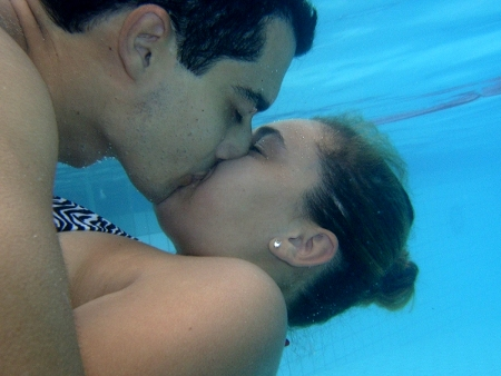 Molhado Amor Na Piscina Beijo Casal Se Beijando