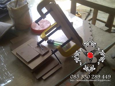 Pembuat Kerajinan Kayu MDF Souvenir Di Jombang Kecamatan Perak