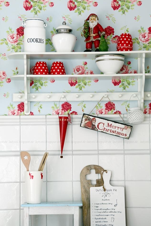 Cottage Küche mit weißem Regal und weiß roter Weihnachtsdeko